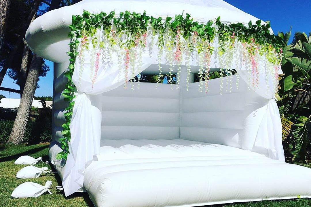White Wedding bouncy castle - Bodas Ibiza Decoración - Kids Corner